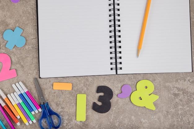 Retour au concept de l'école. fond de fournitures scolaires.