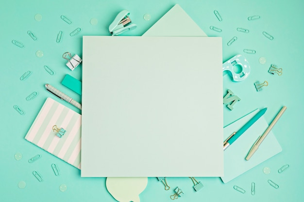 Retour au concept de l'école. fournitures scolaires et de bureau sur fond pastel. education, préparation au concept de classes. mise à plat avec espace de copie. maquette