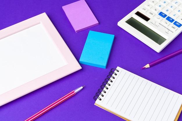 Retour au concept de l'école, fournitures scolaires et de bureau sur la table de bureau