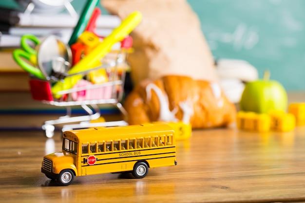 Retour au concept de l'école. fournitures scolaires