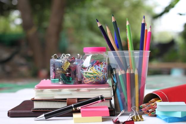 Retour au concept de l'école. livres et fournitures sur un plancher en bois blanc.