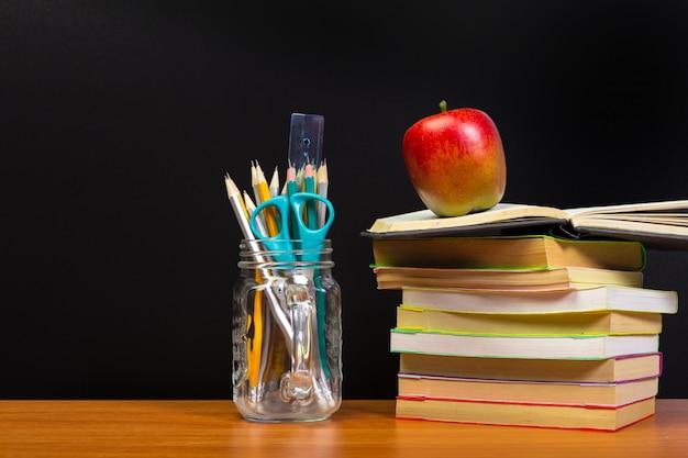 Retour au concept de l'école avec des livres et des fournitures