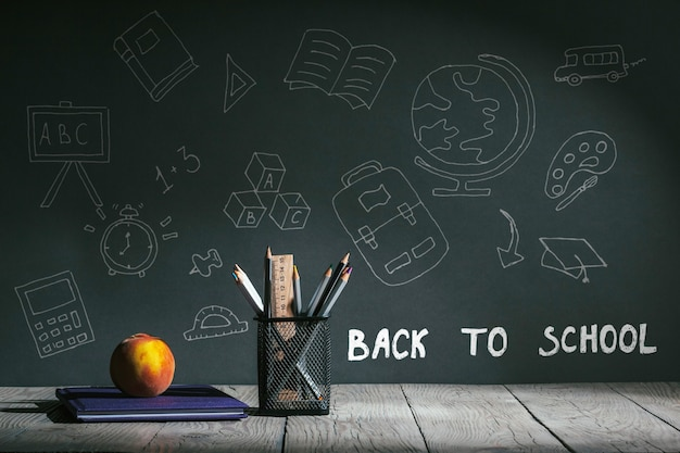 Retour au concept de l'école. papeterie avec des fruits sur la table