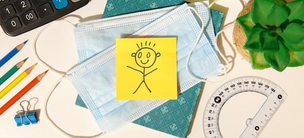 Retour au concept de l'école. rappel d'apporter un masque de protection contre le coronavirus.