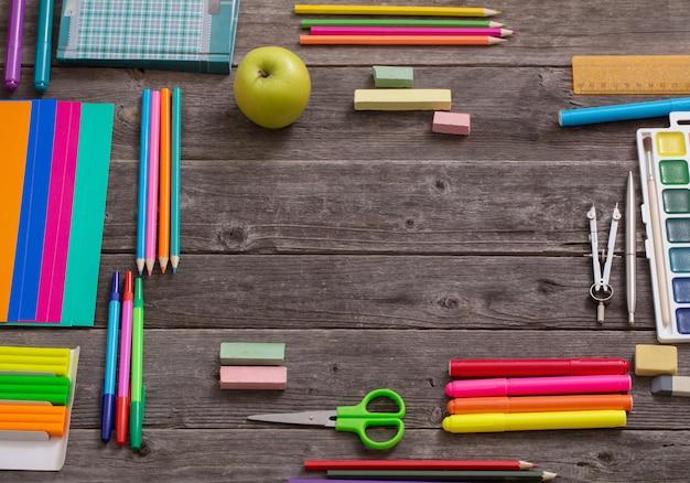 Retour au concept de l'école sur table en bois