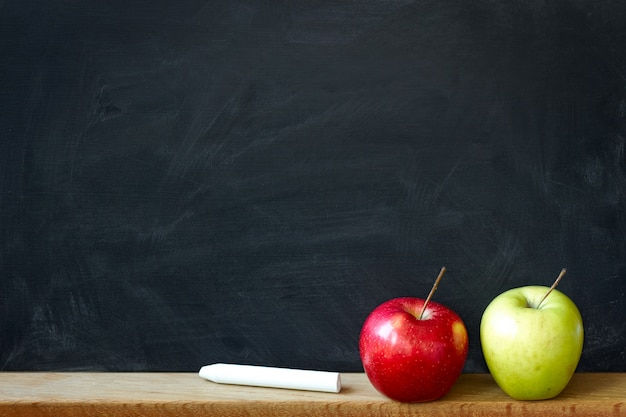 Retour au concept d'école avec un tableau noir et deux pommes