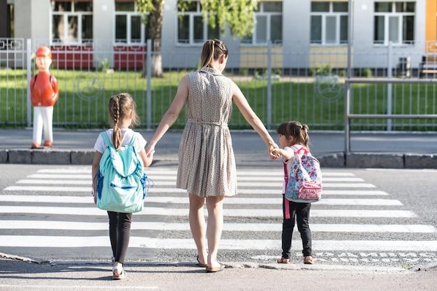 Retour au concept d'éducation scolaire avec des filles, des élèves du primaire, portant des sacs à dos pour aller en classe