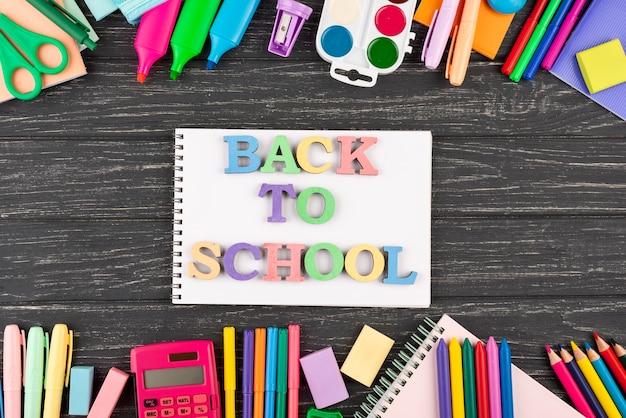 Retour au fond de l'école avec des fournitures scolaires et un cahier