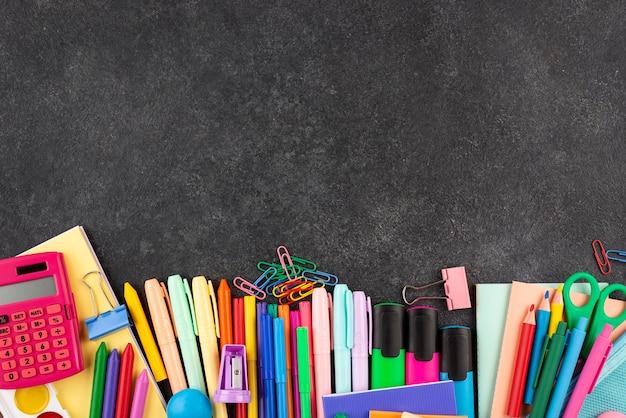 Retour au fond de l'école avec des fournitures scolaires et de l'espace de copie