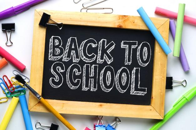 Retour au texte de l'école. cadre en bois tableau noir entre école fixe