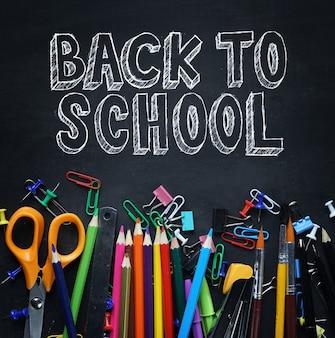Retour au texte de l'école. school stationary on blackboard vue de dessus