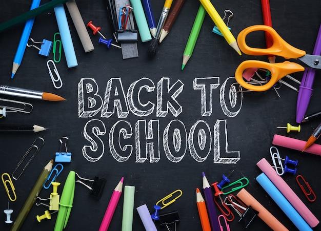 Retour au texte de l'école. school stationary top view sur tableau noir