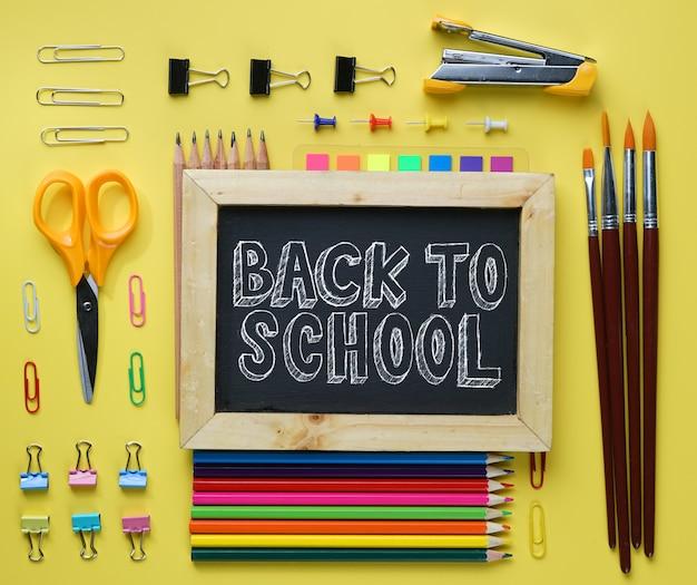 Retour au texte de l'école. tableau noir, sur, école, stationnaire, plat, pose, sur, jaune, fond