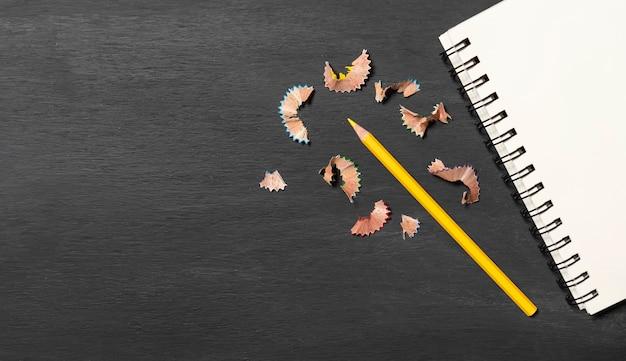 Retour à l'école. accessoires, livres et crayons sur fond de tableau. vue de dessus.