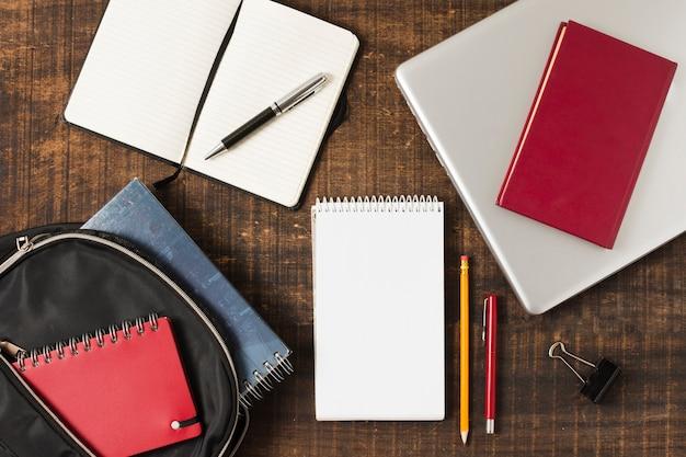 Retour à l'école arrangement bloc-notes vue de dessus