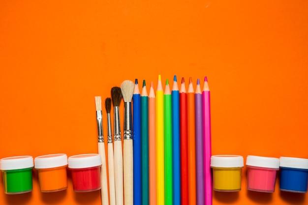 Retour à l'école. articles pour l'école sur une table orange. photo de haute qualité