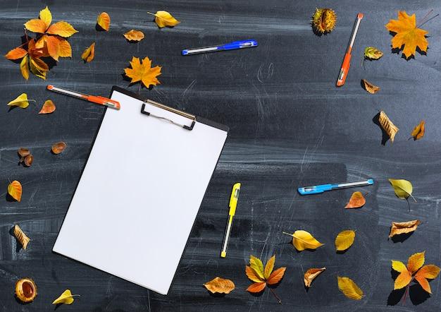 Retour à l'école automne concept plat poser.