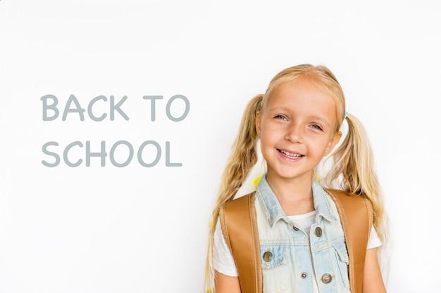 Retour à l'école et bon temps! joli enfant industrieux isolé sur blanc