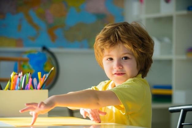 Retour à l'école concept écolier devoirs leçons matières scolaires concept d'éducation nerd élémentaire