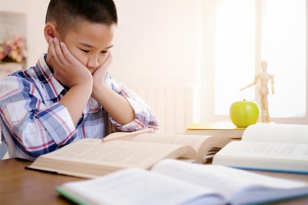 Retour à l'école! concept d'éducation et d'apprentissage.