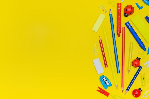 Retour à l'école et concept de travail de bureau. fournitures scolaires sur fond de couleur jaune.