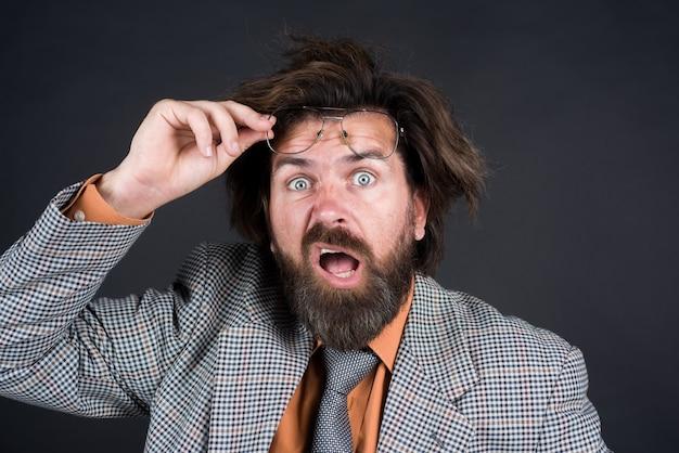 Retour à l'école confus professeur barbu professeur académique secrétaire avocat réaction du gestionnaire de référencement