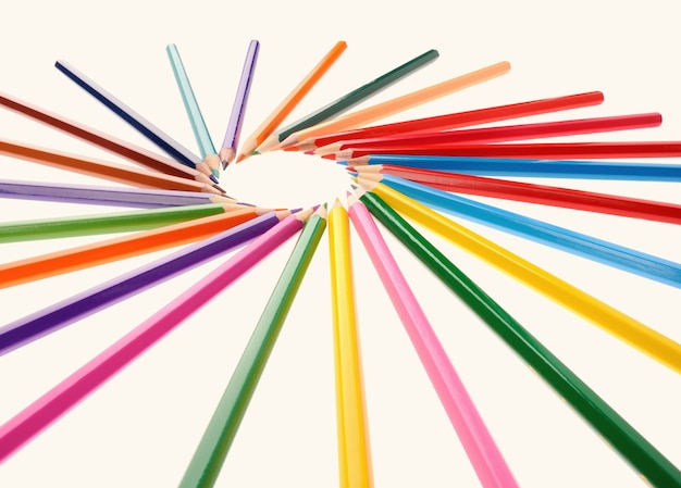 Retour à l'école crayons multicolores isolés sur fond blanc