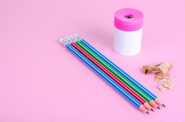 Retour à l'école. crayons, taille-crayon sur rose vif. place pour le texte.