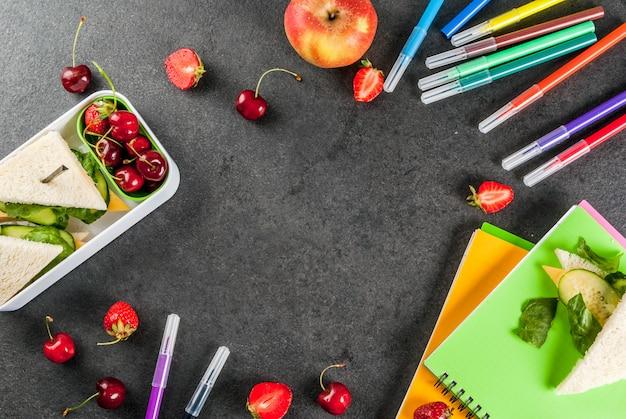 Retour à l'école. un déjeuner scolaire sain et copieux dans une boîte vue de dessus