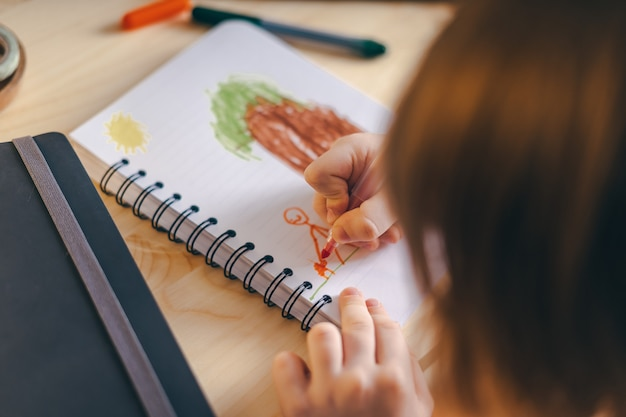 Retour à l'école. dessin d'enfant