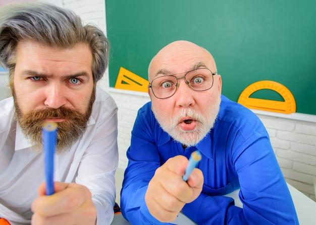Retour à l'école. deux enseignants en classe. apprentissage, éducation, concept d'école. 1er septembre. leçons en classe. notion d'école.