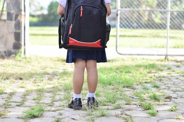 Retour à l'école, enfant fille avec sac va à l'école primaire.