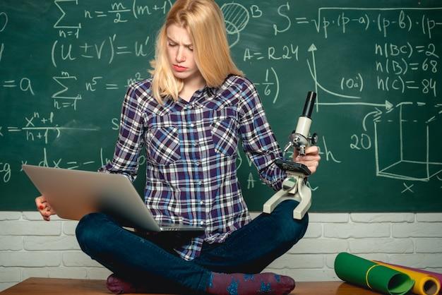 Retour à l'école. étudiant se préparant aux examens universitaires