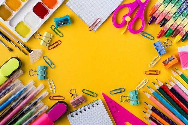 Retour à l'école fond concept d'éducation. fournitures scolaires