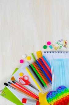 Retour à l'école fournitures scolaires colorées lumineuses pour l'école ou le collège sur fond blanc