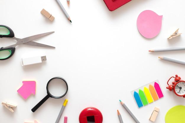 Retour à l'école fournitures scolaires colorées pour l'étude de l'éducation sur fond blanc vue de dessus à plat