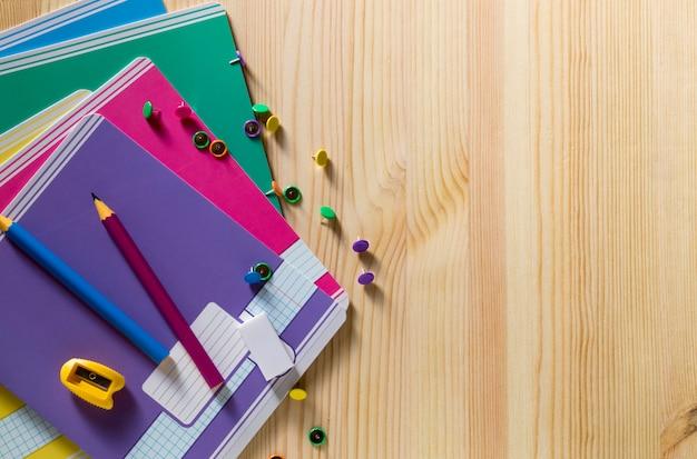 Retour à l'école. fournitures scolaires sur une planche de bois.