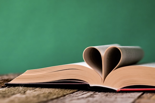Retour à l'école avec un livre ouvert sur une vieille surface en bois