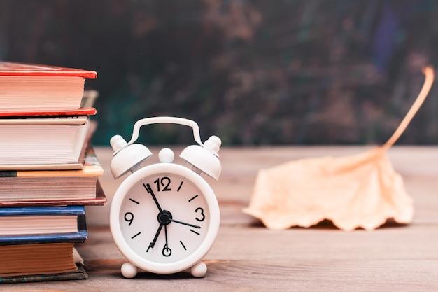 Retour à l'école avec des livres et une horloge