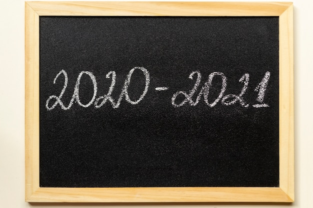 Retour à l'école et nouveau concept d'année académique. tableau noir avec texte 2020-2021 dans un cadre en bois.