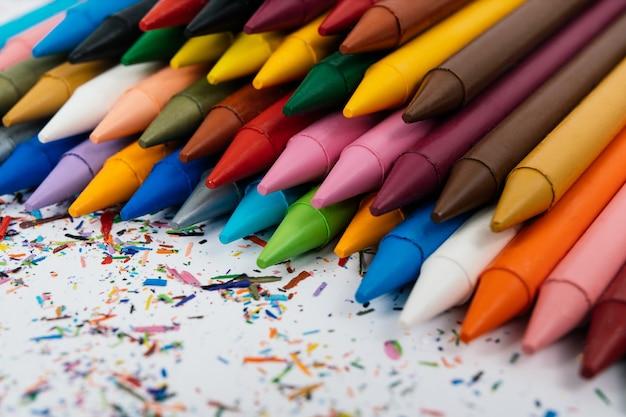 Retour à l'école. photo de crayons de cire isolé sur fond blanc