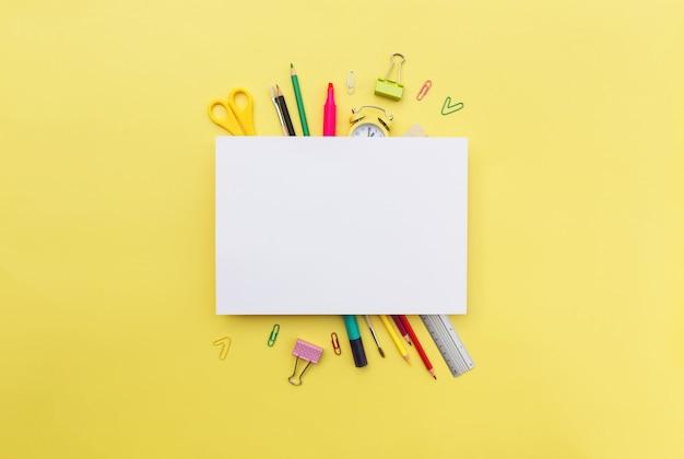 Retour à l'école à plat conceptuel avec différents objets de fournitures de bureau et espace de copie pour le texte. concept pour élève du primaire et du secondaire. photo de haute qualité