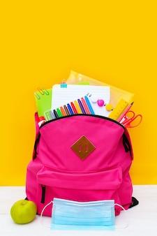 Retour à l'école sac à dos pour l'école avec fournitures de bureau colorées et masque médical