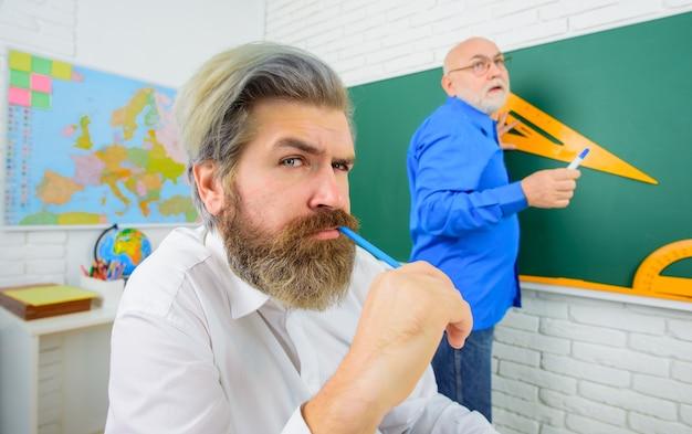 Retour à l'école septembre éducation des enseignants barbus emploi école portrait d'enseignant barbu avec pan
