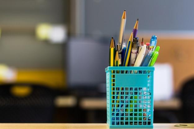 Retour à l'école - stylo et crayon dans la boîte sur la table de bureau