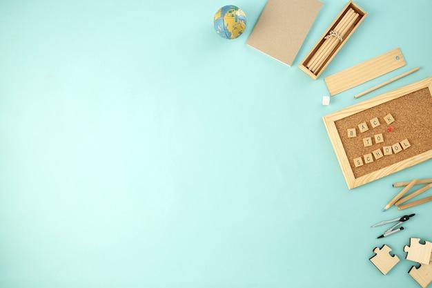 Retour à fournitures scolaires fond concept bleu
