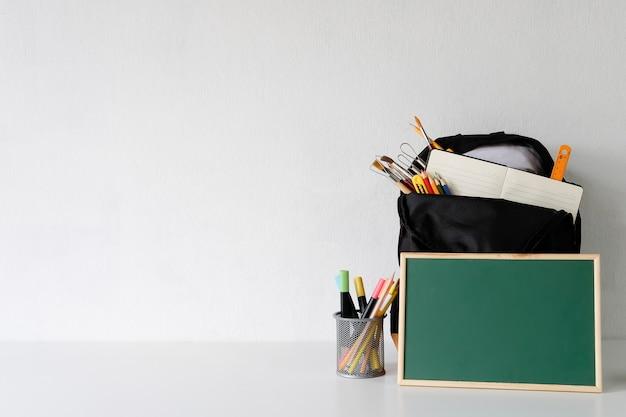 Retour à la notion d'école, espace copie de l'équipement éducatif sur table blanche.