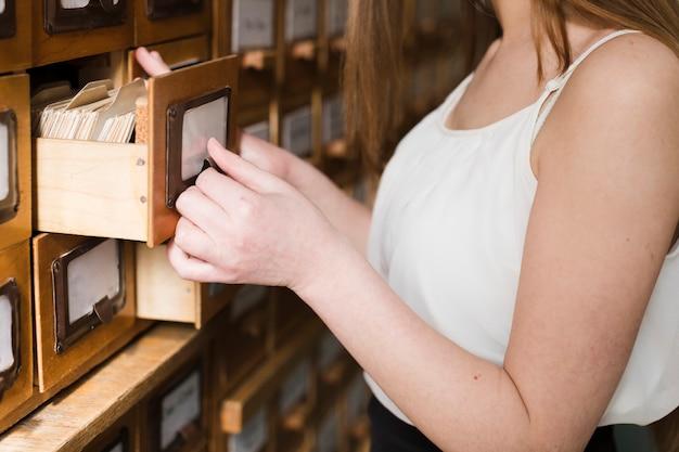 Retour à la notion d'école avec gros plan d'une femme étudiant en bibliothèque