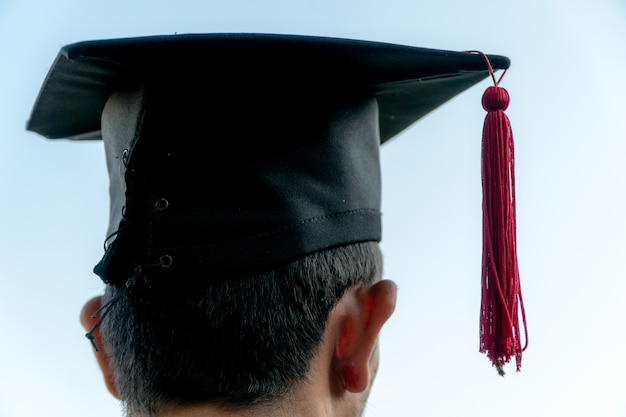 Retour portrait de diplômé portant un chapeau noir.