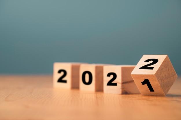 Retournement du bloc de cube en bois pour le changement 2021 à 2022 année